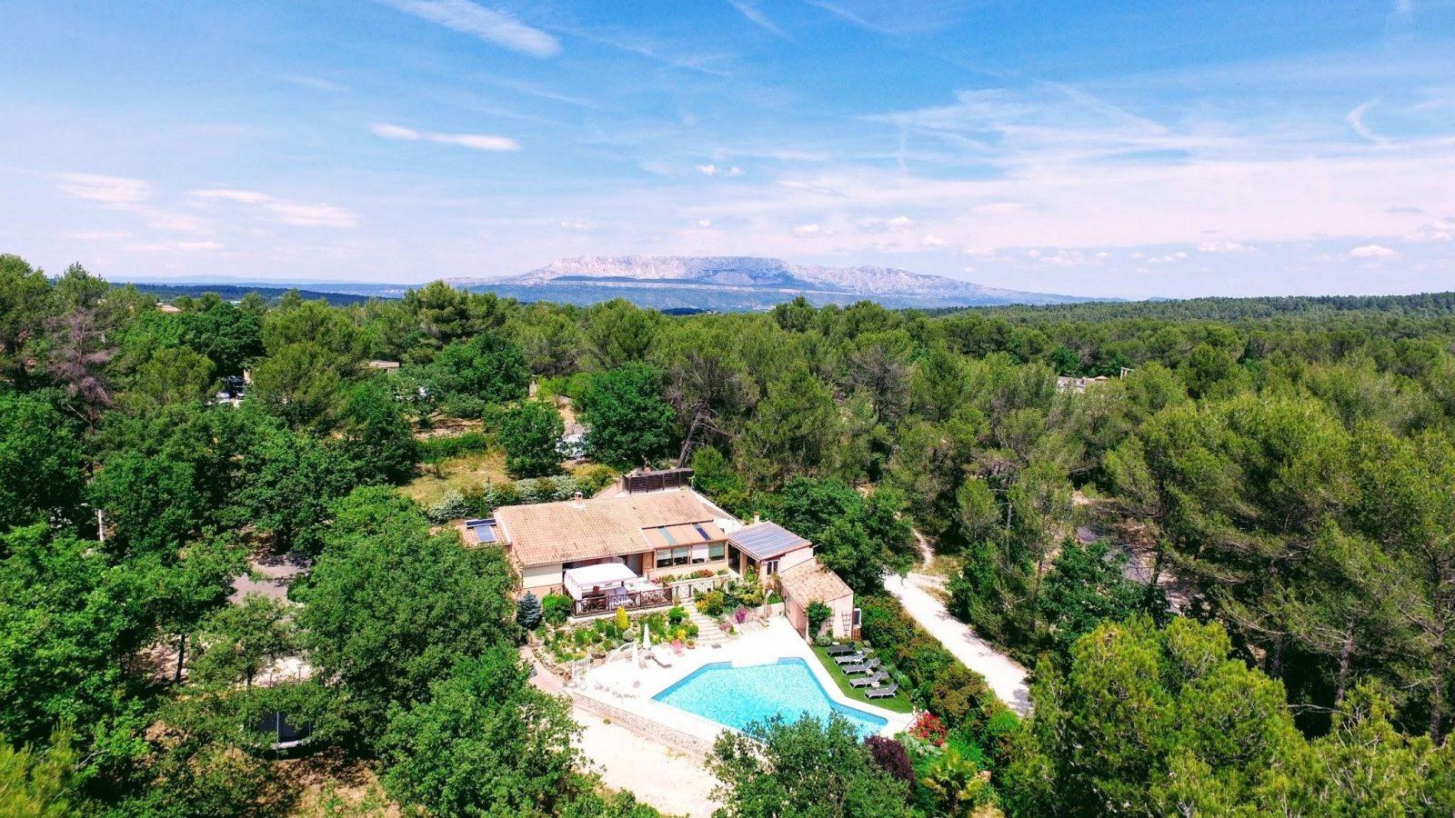 Photo en vue aérienne de la villa victoria situé à gréasque en Provence